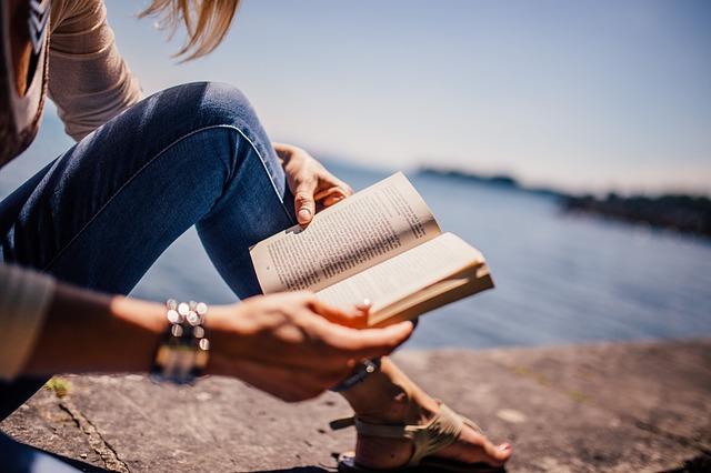 Що почитати літом: топ-10 літніх книжок