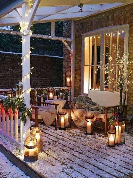 новорічний декор дому гірляндами та ліхтариками
