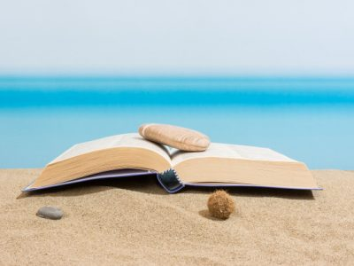 """10 """"морських"""" книжок, які варто взяти з собою у відпустку"""