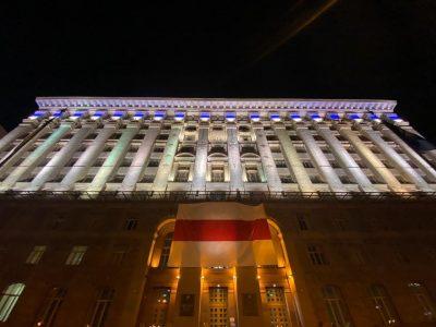 Прапор Білорусі над входом в КМДА.